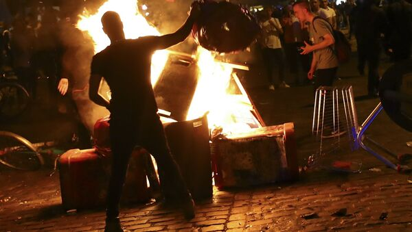 Anti-G20 protesters light garbage in front of the Rote Flora building in the alternative Hamburg Schanze district following clashes with German riot police in Hamburg, Germany, July 6, 2017 - Sputnik International