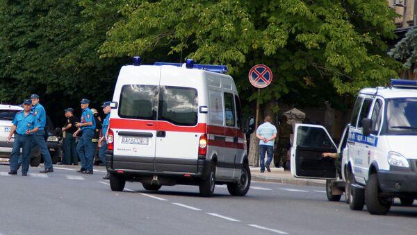 Law enforcement officers work at the site of explosions in the center of Lugansk - Sputnik International