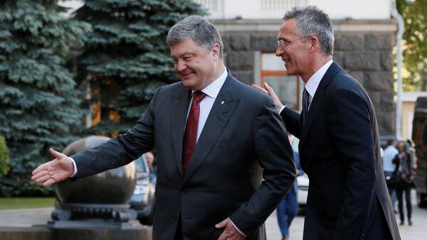 Ukrainian President Petro Poroshenko and NATO Secretary General Jens Stoltenberg walk before a meeting in Kiev, Ukraine, July 10, 2017. - Sputnik International