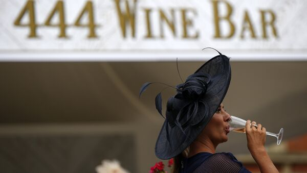 A racegoer drinks a glass of wine during Ladies day at Royal Ascot in Ascot, west of London on June 16, 2016. - Sputnik International