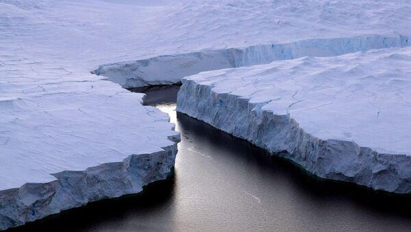 Iceberg splits away in Antarctica - Sputnik International