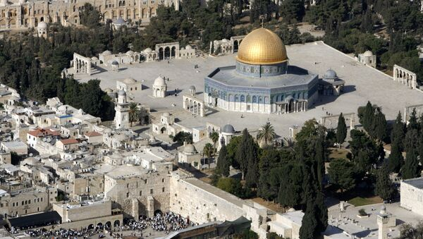 An aerial view shows the Dome of the Rock (R) on the compound known to Muslims as the Noble Sanctuary and to Jews as Temple Mount, and the Western Wall (L) in Jerusalem's Old City October 10, 2006 - Sputnik International