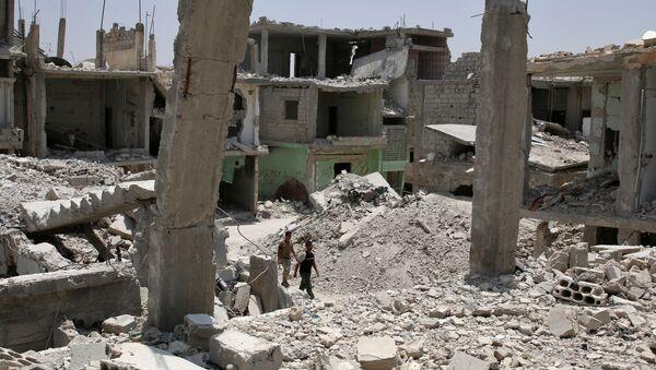 Men walk over rubble of damaged buildings in the province of Daraa, Syria July 11, 2017 - Sputnik International