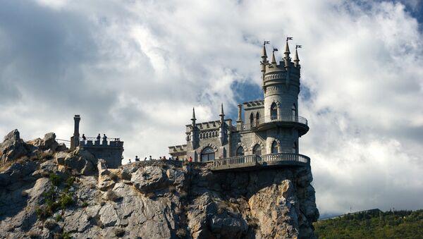 Swallow's Nest Castle on top of a coastal cliff in Crimea's Gaspra town - Sputnik International