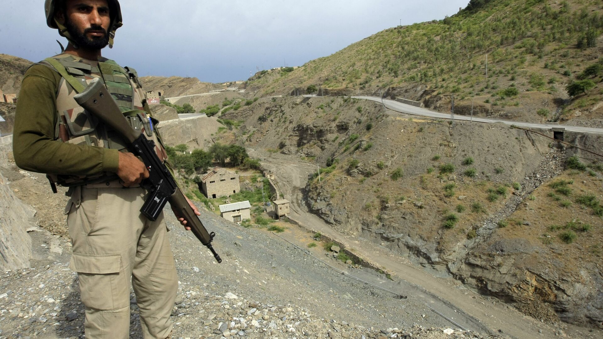 A Pakistan army soldier stands guard in the Pakistani tribal area of Khyber near the Torkham border post between Pakistan and Afghanistan, Wednesday, June 15, 2016.  - Sputnik International, 1920, 03.08.2021
