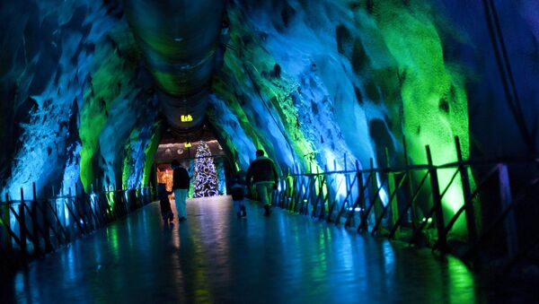 A family walks in an underground tunnel in Santa Park near Rovaniemi, Finnish Lapland, on December 14, 2011. - Sputnik International