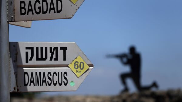 A sculpture of an Israeli soldier standing guard is seen next to a sign for tourists showing the distance to Damascus and Baghdad at an army post on Mount Bental in the Israeli-annexed Golan Heights on June 23, 2015. - Sputnik International
