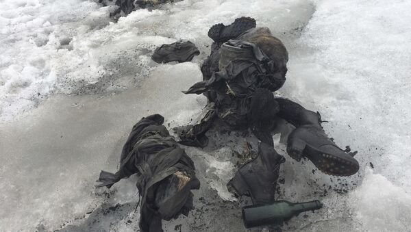 In this photo released by the Swiss train company ' Glacier 3000' shoes and clothing are visible at a Swiss glacier where two bodies were found. - Sputnik International