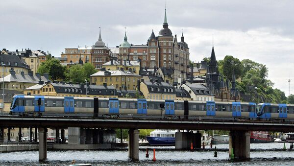 A T-bana (Metro) train passes on a bridge in front of the Sodermalm area of Stockholm - Sputnik International