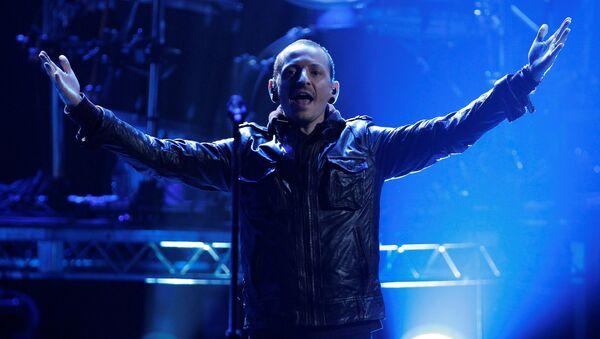 Chester Bennington of Linkin Park performs Burn It Down at the 40th American Music Awards in Los Angeles, California, November 18, 2012. - Sputnik International