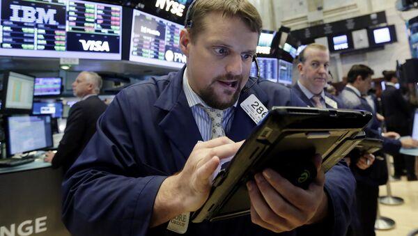 Trader Michael Milano works on the floor of the New York Stock Exchange, Thursday, July 20, 2017 - Sputnik International
