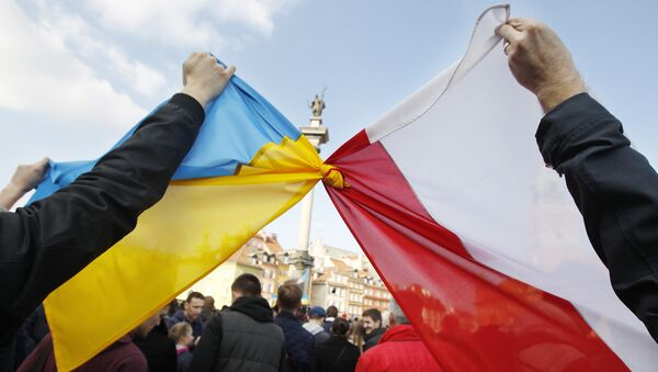 People hold tied Polish, right, and Ukrainian flags during a demonstration supporting the opposition movement in Ukraine, in Warsaw, Poland, Sunday, Feb. 23, 2014 - Sputnik International