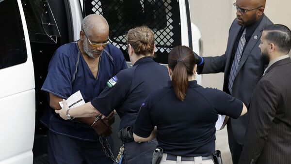 James Mathew Bradley Jr., 60, of Clearwater, Florida, left, arrives at the federal courthouse for a hearing, Monday, July 24, 2017, in San Antonio. Bradley was arrested in connection with the deaths of multiple people packed into a broiling tractor-trailer. - Sputnik International