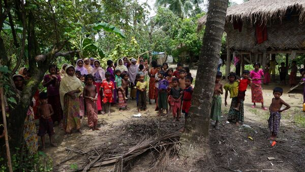 Rohingya villagers watch as international media visit Maung Hna Ma village, Buthidaung township, northern Rakhine state, Myanmar July 14, 2017. - Sputnik International