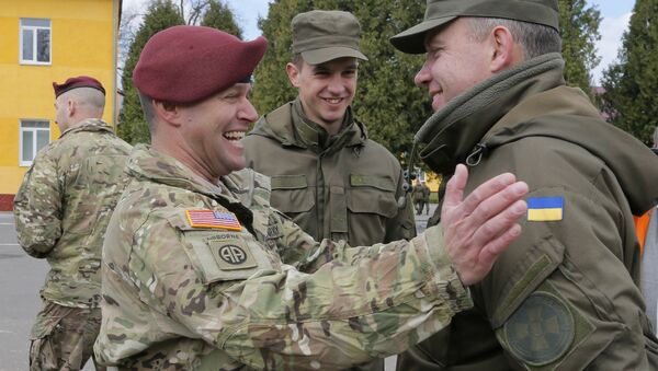 US and Ukrainian soldiers talk during the opening ceremony of the 'Fearless Guardian - 2015' - Sputnik International