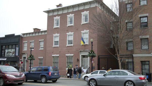 People stop in front of the Ukrainian embassy in Washington (File) - Sputnik International