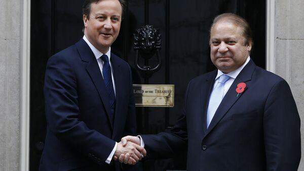 Britain's Prime Minister David Cameron, left, greets Pakistan's Prime Minister Nawaz Sharif at Downing Street in London, Saturday, April 25, 2015. - Sputnik International