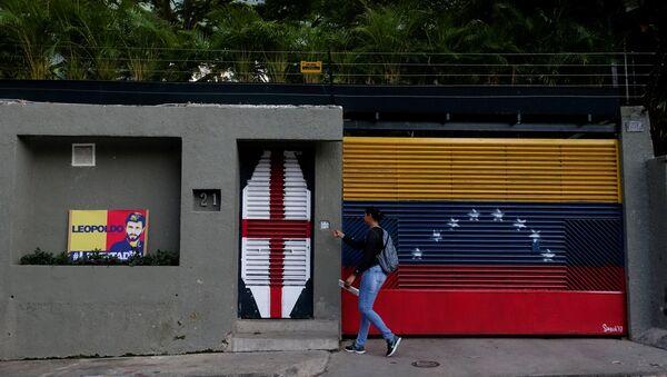 A woman walks in front of the house of Venezuelan opposition leader Leopoldo Lopez in Caracas, Venezuela August 1, 2017 - Sputnik International