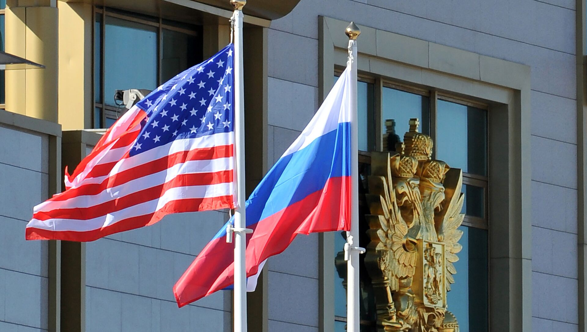 This photo taken on May 7, 2013 shows Russian and the US flags running up as the US Secretary of State arrives at Moscow Vnukovo Airport - Sputnik International, 1920, 15.06.2021