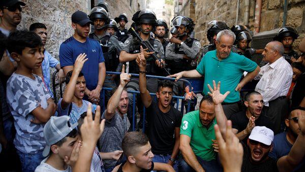 Palestinians shout slogans as Israeli border police officers guard in Jerusalem's Old City July 27, 2017 - Sputnik International