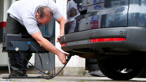 A motor mechanic measures exhaust emissions in a diesel-engined car in Eichenau, Germany July 28, 2017 - Sputnik International