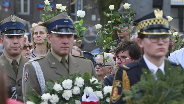 A Polish Army junior officers and Warsaw residents hold flowers during a ceremony to unveil a monument for for World War II hero, Capt. Witold Pilecki, who volunteered to go to Auschwitz and report on the atrocities there, and was later killed by Poland's communist regime,, in Warsaw, Poland, Saturday, May 13, 2017. - Sputnik International