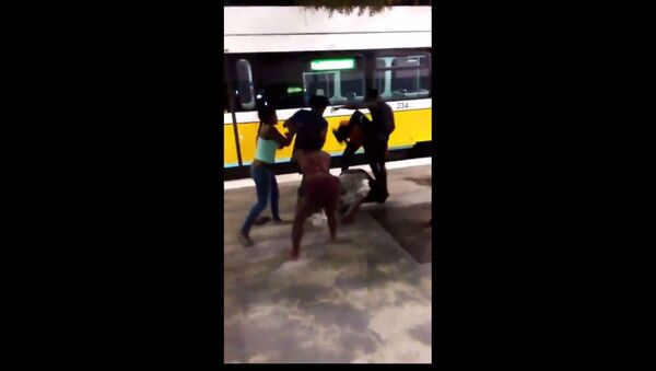 Dallas Man Gets Attacked on DART Train by Teens - Sputnik International