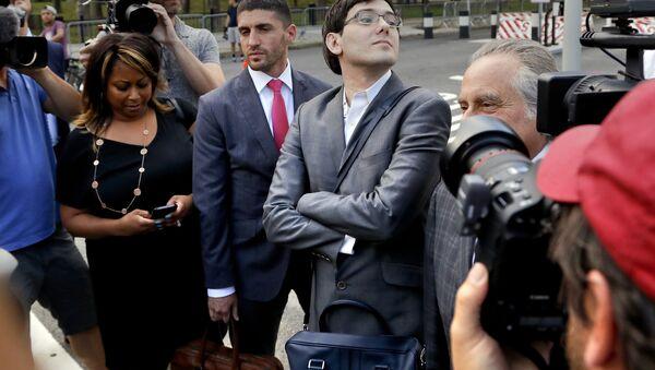 Martin Shkreli stands at an intersection after leaving federal court - Sputnik International