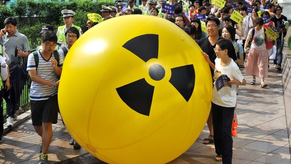 South Korean activists march while rolling a large balloon with a radioactivity warning sign during an anti-nuclear protest in Seoul on August 6, 2013 on the 68th anniversary of the atomic bombing of Hiroshima in Japan - Sputnik International