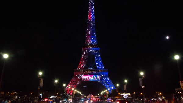 Red and blue lights and a welcoming message that reads in French Neymar Jr. adorn the Eiffel Tower to celebrate the arrival of Brazilian footballer Neymar to Paris on August 5, 2017 - Sputnik International
