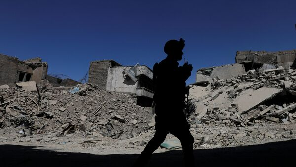 A member of Iraqi federal police patrols in the destroyed Old City of Mosul, Iraq August 7, 2017 - Sputnik International