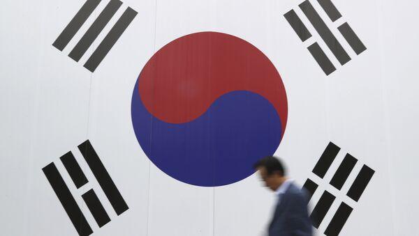 A man walks by a huge national flag printed on the wall in Seoul, South Korea, Wednesday, Oct. 26, 2016 - Sputnik International