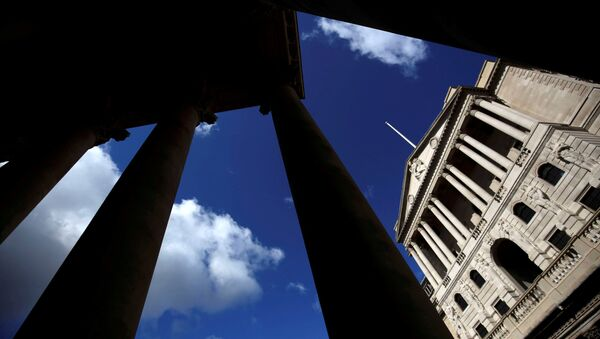 The Bank of England is seen through the columns on the Royal Exchange building in London, Britain August 4, 2016 - Sputnik International