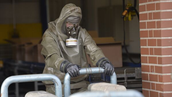 An expert in protective gear shows the disposal of chemical weapons during a media day at the German state-run company GEKA, specialized in the disposal of hazardous materials in Munster, northern Germany, Wednesday, March 5, 2014 - Sputnik International