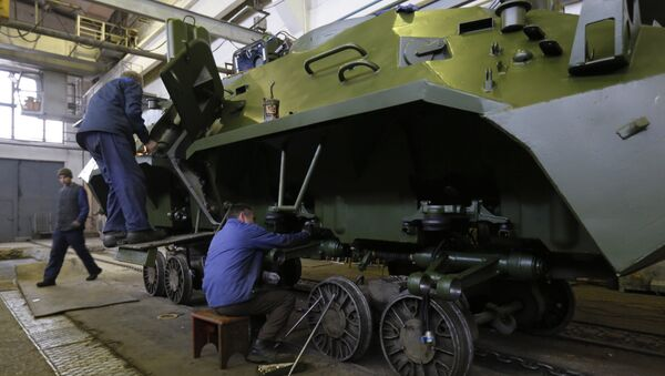 Workers in a tank factory are assembling the armored vehicles in Kiev, Ukraine, Wednesday, Dec. 23, 2015 - Sputnik International
