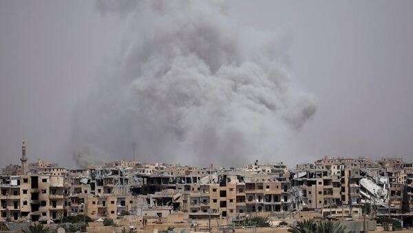 Smoke rises from Raqqa, Syria July 28, 2017 - Sputnik International