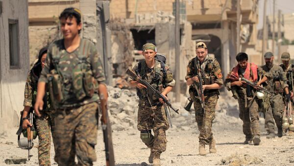 Members of the Syrian Democratic Forces advance toward Islamic State positions in Seif Al Dawla district of Raqqa, Syria August 9, 2017 - Sputnik International