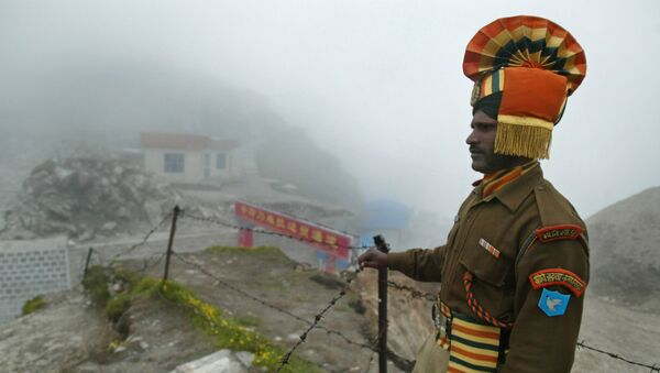 In this photograph taken on July 10, 2008 an Indian soldier stands guard at the ancient Nathu La border crossing between India and China - Sputnik International