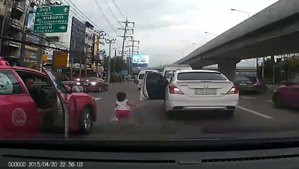 Bangkok Driver Nearly Crushes Toddler After Child Tumbles From Car - Sputnik International
