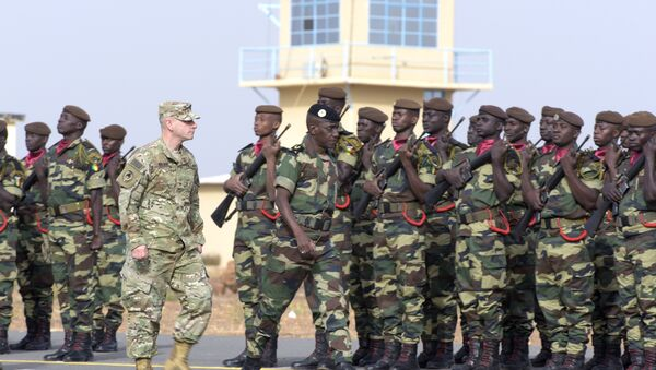 Senegal's Army General Amadou Kane (C) and US Army General Donald Bolduc (L) review the troops during the inauguration of a military base in Thies, 70 km from Dakar. (File) - Sputnik International