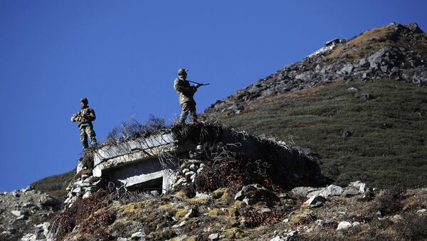 Indian army soldiers keep watch at the Indo China border in Bumla at an altitude of 15,700 feet (4,700 meters) above sea level in Arunachal Pradesh, India. (File) - Sputnik International