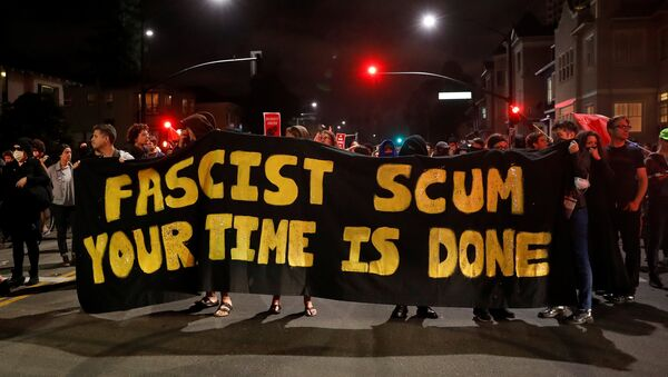 Demonstrators march in response in response to the Charlottesville, Virginia car attack on counter-protesters after the Unite the Right rally organized by white nationalists, in Oakland, California, U.S., August 12, 2017. Picture taken August 12, 2017. - Sputnik International