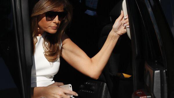 First lady Melania Trump steps from her motorcade vehicle - Sputnik International