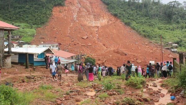 People inspect the damage after a mudslide in the mountain town of Regent, Sierra Leone August 14, 2017 - Sputnik International