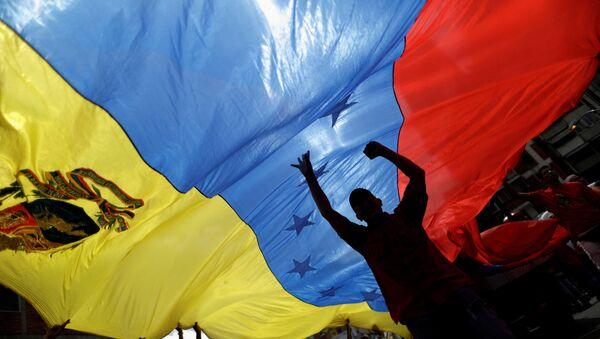 Pro-government supporters holding a Venezuela's flag attend a rally against U.S President Donald Trump in Caracas, Venezuela August 14, 2017 - Sputnik International