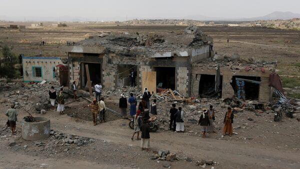 People gather at the site of Saudi-led air strikes in Arhab area, around 20 kilometres (13 miles) north of Sanaa, Yemen August 23, 2017 - Sputnik International