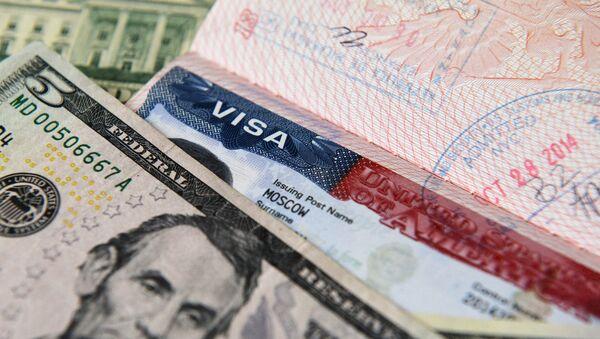 US dollar notes and an American visa - Sputnik International