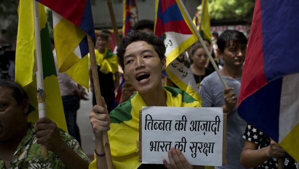 Exile Tibetans shout slogans during a protest to show support with India on Doklam standoff in New Delhi, India, Friday, Aug. 11, 2017 - Sputnik International
