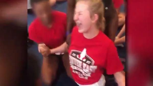 School Officials Suspended After Video Shows Coach Forcing Girl to Do Splits - Sputnik International