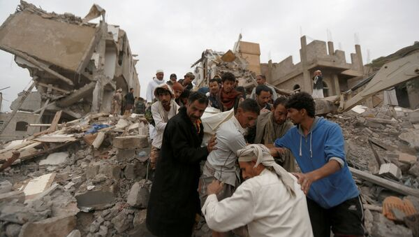 People carry the body of a woman they recovered from under the rubble of a house destroyed by a Saudi-led air strike in Sanaa, Yemen August 25, 2017 - Sputnik International